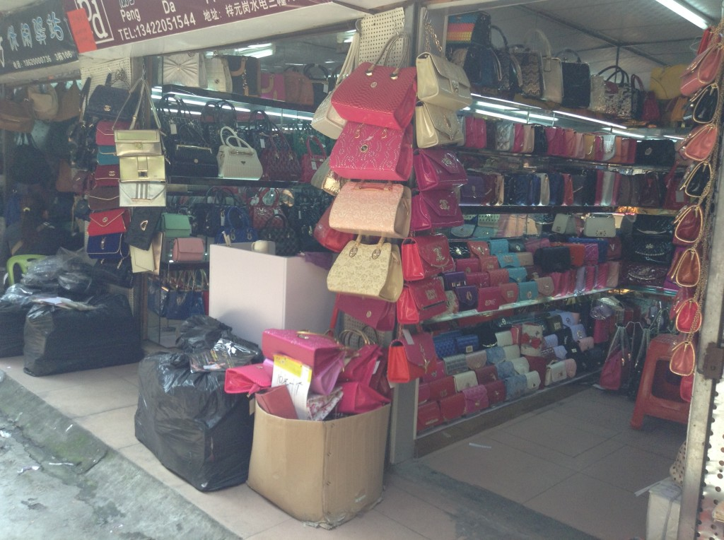 Handbag Shop in Shui Dian Street Bags Wholesale Market in Guangzhou-3