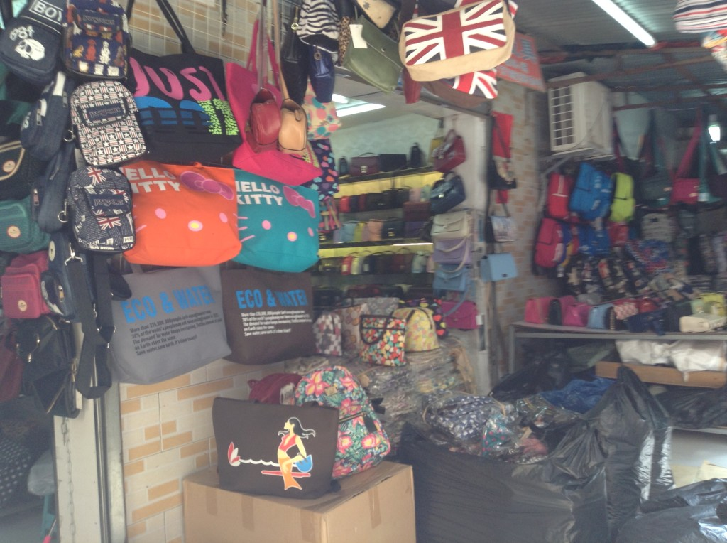 Handbag Shop in Shui Dian Street Bags Wholesale Market in Guangzhou-4