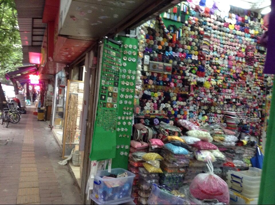 Shops in Guangzhou Yangxiang accessories markets-5