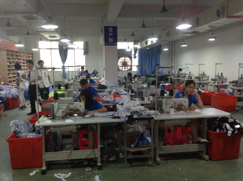 Workers are busy with their work in Guangzhou clothes factories-1