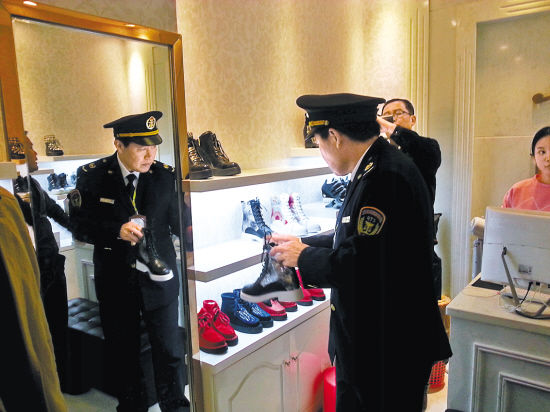 Police cracked down copy shoes in Guangzhou Guoda Shoes Market