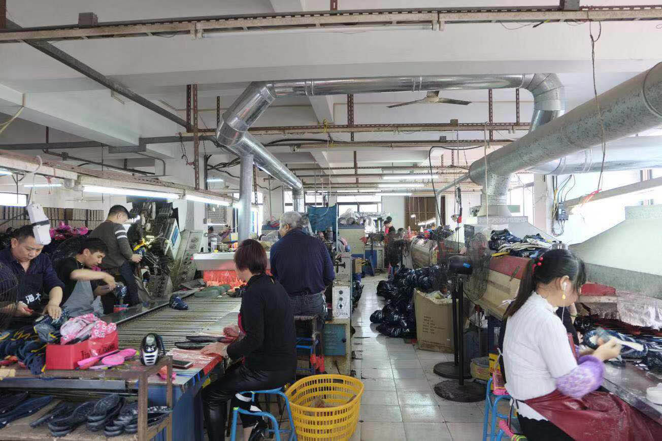 Assembly line of running shoes factory in China-2